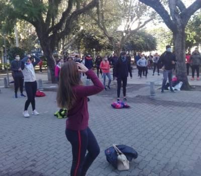 Brindaron una clase pública de educación física frente al municipio a modo de reclamo