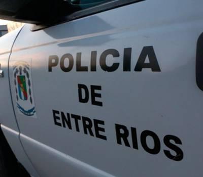 Con un destornillador, intentaron robar un Mercedes-Benz pero fueron sorprendidos por la Policía